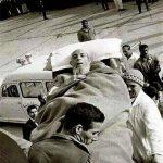 آیتالله سید محسن حکیم در حال عزیمت به یکی از سفرهای استعلاجی در فرودگاه بغداد