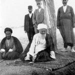 آیت الله العظمی حاج شیخ عبدالکریم حائری درکنار تنی چند از اطرافیان ومصاحبانش