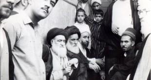 امام خمینی در حال مطالعه در منزل