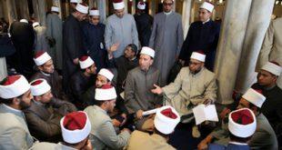 شبکه اجتهاد: هزاران نفر از مسلمانان مصر در ایام ماه مبارک رمضان با حضور در مسجد الازهر علاوه بر قرائت قرآن و شرکت در مباحث دینی، روزه خود را در این مکان افطار میکنند.