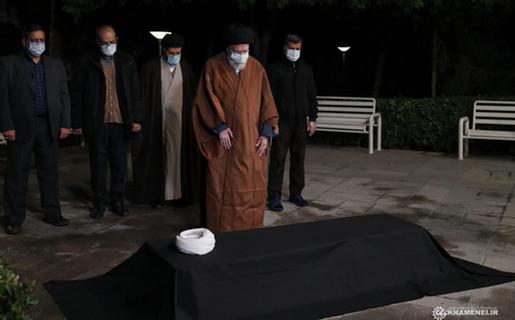 فیلم اقامه نماز رهبر انقلاب بر پیکر آیتالله مصباح یزدی