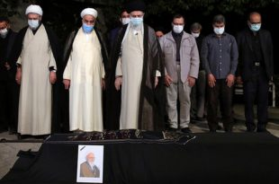 فیلم و عکس/ اقامه نماز بر پیکر آیتالله حسنزاده آملی توسط رهبر انقلاب