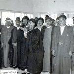 آیتالله سیدمحسن حکیم در حال اقامه نماز در حاشیه یکی از مسافرتها