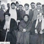 آیتالله سیدمحسن حکیم در کنار برخی اصحاب در حاشیه یکی از مسافرتها